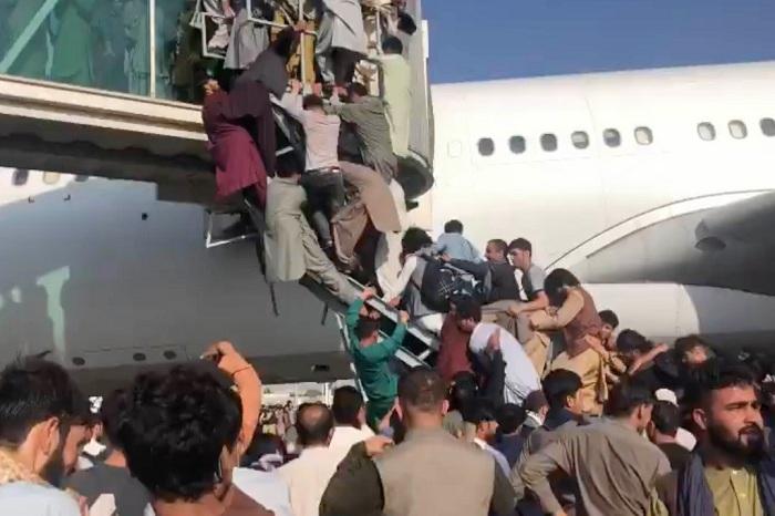 अफगानिस्तान छोड्नेहरुको कारण अस्तव्यस्त काबुलकाे विमानस्थल